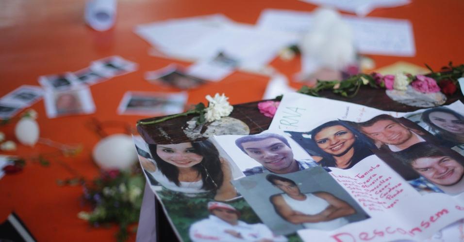 29.jan.2013- Fotos das vítimas do incêndio na boate Kiss, em Santa Maria (RS), são deixadas no chão do ginásio do Centro Desportivo Municipal, onde foi feito o velório coletivo da maioria das vítimas