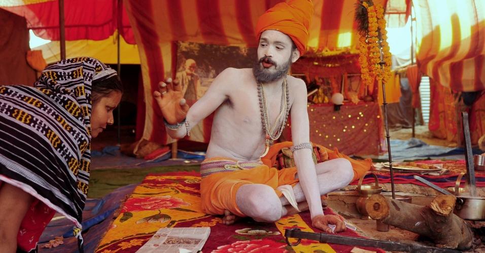 29.jan.2013- Jovem participa do festival Kumbh Mela, em Allahabad, na Índia. Milhões de peregrinos hindus são esperados para participar festival religioso, considerado um dos maiores do mundo. Os devotos devem mergulhar no rio Ganges para serem purificados dos pecados