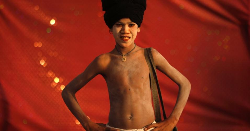 29.jan.2013- Jovem posa para foto no festival Kumbh Mela, em Allahabad, na Índia. Milhões de peregrinos hindus são esperados para participar festival religioso, considerado um dos maiores do mundo. Os devotos devem mergulhar no rio Ganges para serem purificados dos pecados