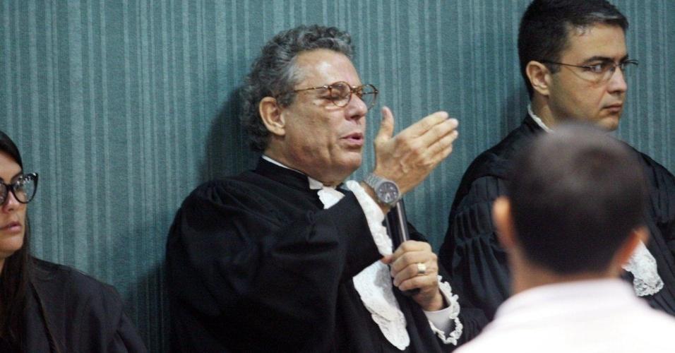 29.jan.2013- O advogado-assistente da defesa, Téssio Lins e Silva, auxilia a defesa no julgamento dos três policiais acusados de participar do assassinato da juíza Patrícia Acioli, em agosto de 2011