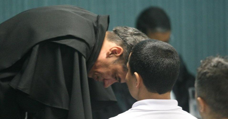 29.jan.2013- O advogado de defesa Valmar de Jesus conversa com seu cliente, o policial Junior Cezar Medeiros, um dos acusados de participar do assassinato da juíza Patrícia Acioli, em agosto de 2011, no julgamento na 3ª Câmara Criminal de Niterói, no Rio de Janeiro