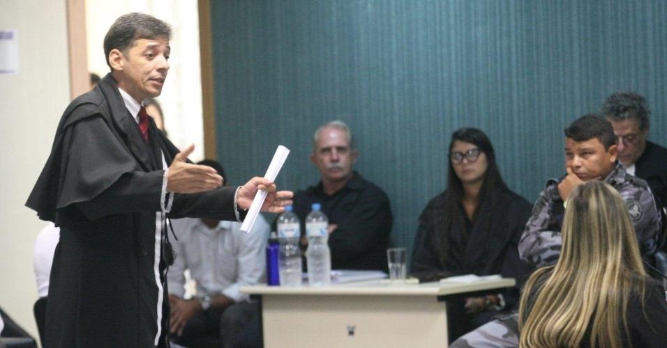 29.jan.2013- O advogado de defesa Valmar de Jesus interroga a testemunha Ana Cláudia Abreu Lourenço, na 3ª Câmara Criminal de Niterói, no Rio de Janeiro, durante o julgamento dos três policiais acusados de participar do assassinato da juíza Patrícia Acioli, em agosto de 2011
