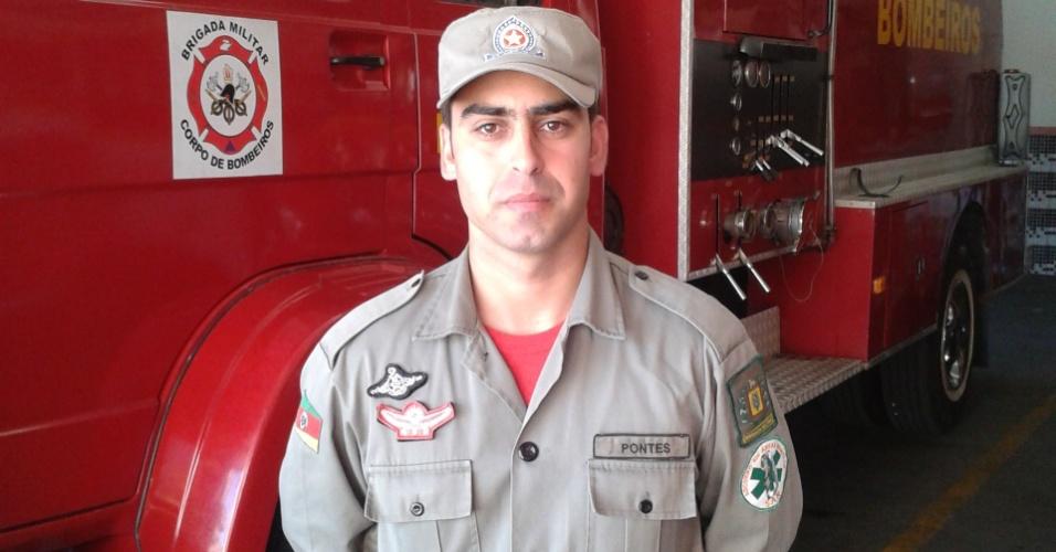 29.jan.2013- O soldado do corpo de bombeiros Luciano Pontes trabalhou no resgate das vítimas do incêndio em uma boate em Santa Maria (RS). Segundo ele, havia pouco tempo para salvar jovens