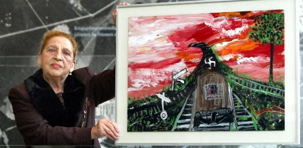 A artista Ceija Stojka em foto de 2003, durante visita ao museu do campo de concentração de Bergen Belsen, na Alemanha - Rainer Jense/EFE