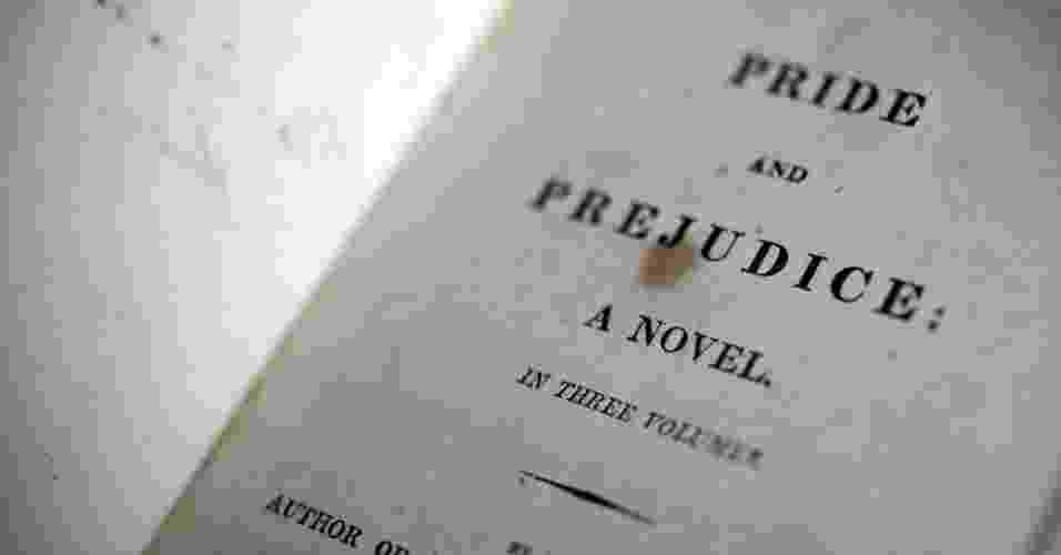"""Exemplar da primeira edição do livro """"Orgulho e Preconceito"""" exposto na Jane Austen House na cidade de Chawton, Inglaterra. A obra foi publicada pela primeira vez em 1813 e aida vende 50.000 cópias anualmente só no Reino Unido - Stefan Wermuth/Reuters"""