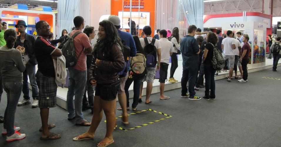 Na área de exposições gratuita da Campus Party 2013, a distribuição de brindes também atrai algumas dezenas de visitantes às filas. Aqui, para tentar ''pescar'' um bichinho de pelúcia