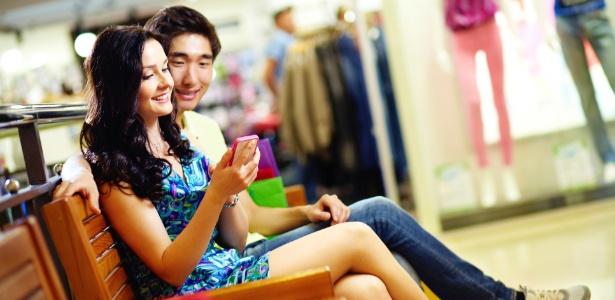 Regras de etiqueta devem ser respeitadas ao usar o smartphone em encontros, no trabalho e com a família - Thinkstock