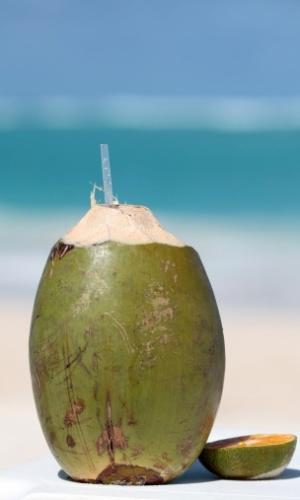A água de coco é uma grande aliada do verão: refresca e hidrata! Um copo (200 ml) tem 40 calorias. Aproveite o pique e para queimar, dê duas voltas no quarteirão, em ritmo moderado
