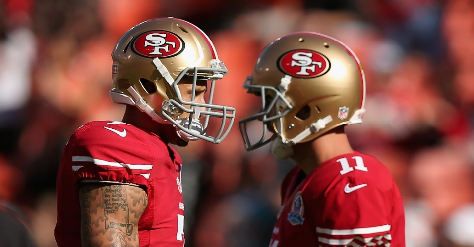 09.dez.2012 - Colin Kaepernick (e) e Alex Smith, quarterbacks do San Francisco 49ers, conversam antes do jogo contra o Miami Dolphins
