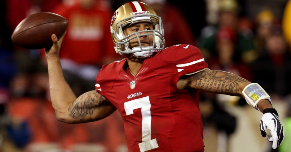 12.jan.2013 - Colin Kaepernick, quarterback do San Francisco 49ers, faz um lançamento durante jogo contra o Green Bay Packers