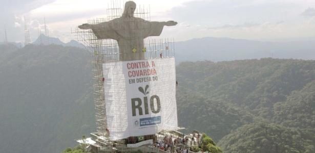 Em 2010, faixa foi pendurada no Cristo Redentor, no Rio, como parte da campanha de Cabral contra redução de repasse dos royalties ao Estado