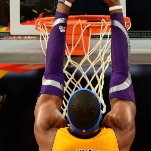 29.jan.2013 - Dwight Howard crava a bola na vitória dos Lakers sobre os Hornets, o 3° triunfo seguido da equipe