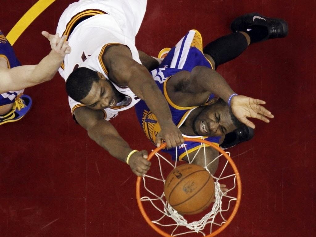 29.jan.2013 - Tristan Thompson crava sobre jogador do Golden State Warriors na derrota dos Cavs