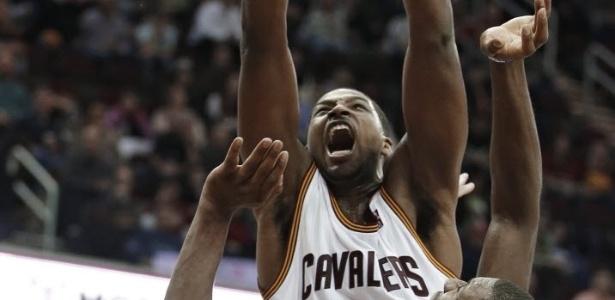 29.jan.2013 - Tristan Thompson enterra a bola na derrota dos Cavaliers para o Golden State Warriors