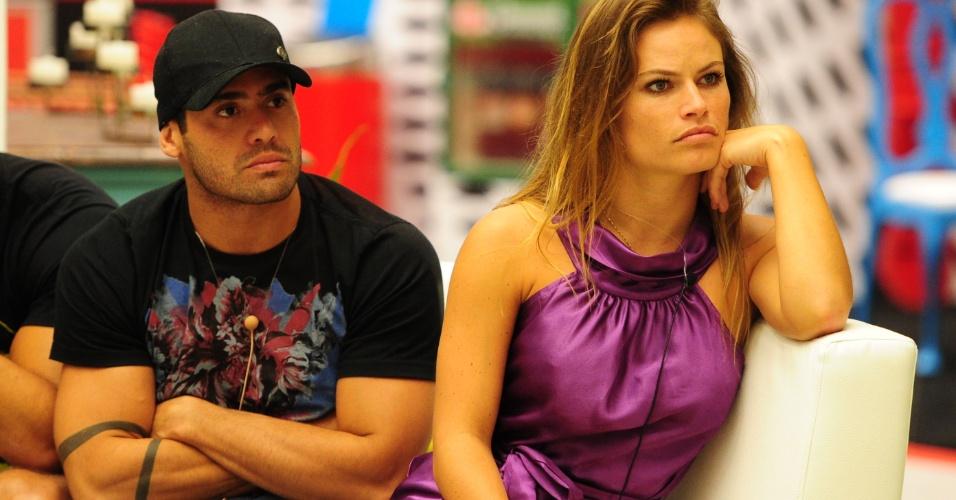 29.jan.2013 - Yuri e Natália aguardam o resultado do terceiro paredão do