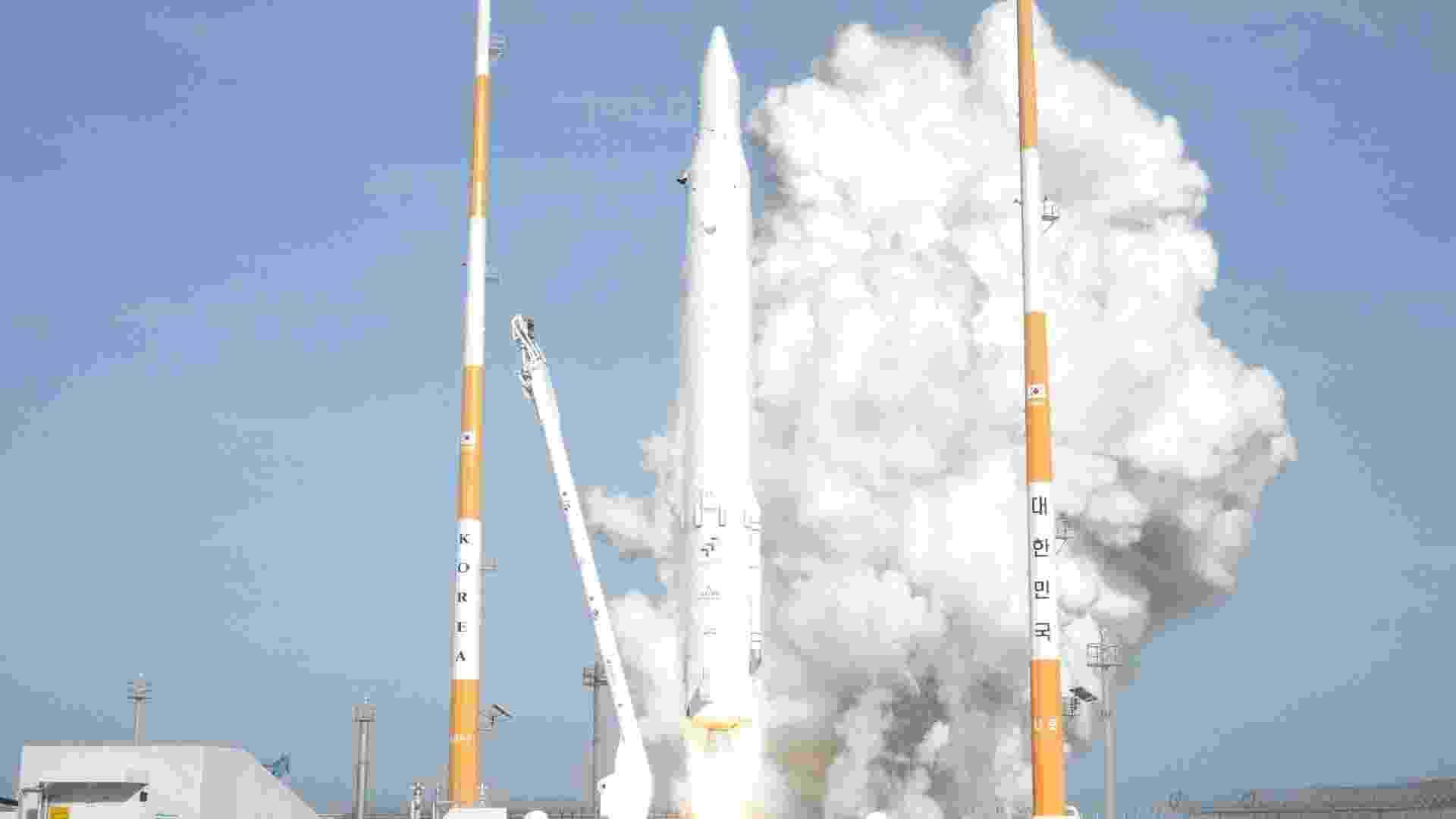 30.jan.2013 - A Coreia do Sul lançou o foguete Naro-1, o primeiro fabricado parcialmente com tecnologia local, nesta quarta-feira (30), após duas tentativas fracassadas em 2009 e 2010. O processo aconteceu como foi planejado e os mecanismos de abertura para liberar o satélite STS-2C funcionaram corretamente, mas ainda é preciso que o dispositivo envie seus primeiros sinais para determinar o sucesso total da missão - Korea Aerospace Research Institute/Reuters