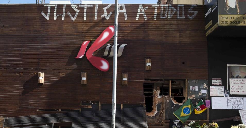 """30.jan.2013 - A fachada da boate Kiss, em Santa Maria (RS), é pichada com a frase: """"Justiça á todos"""" (sic). Mais de 230 pessoas morreram no incêndio ocorrido na casa noturna gaúcha"""