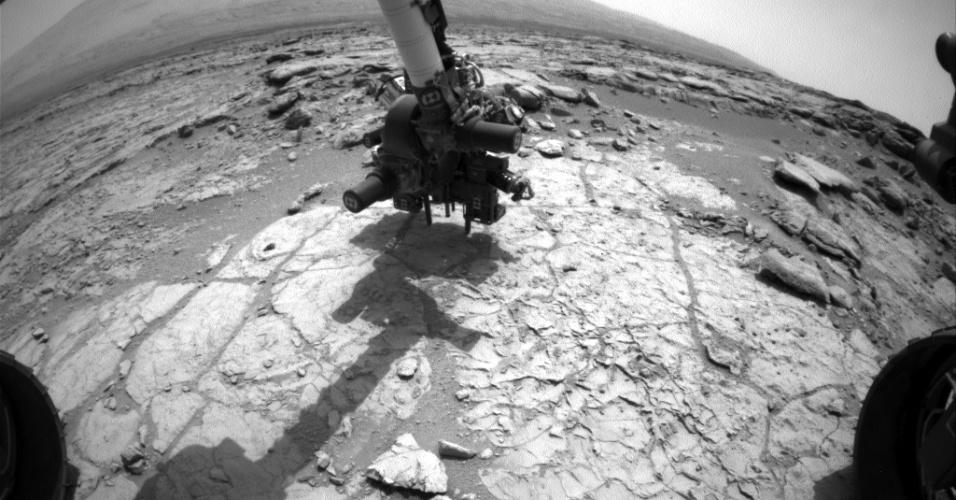 30.jan.2013 - A Nasa (Agência Espacial Norte-Americana) divulgou que o Curiosity está pronto para usar sua broca pela primeira vez em Marte. O robô posicionou seu equipamento no 170º dia da missão (que corresponde a 27 de janeiro) na rocha John Klein, que fica na cratera Gale