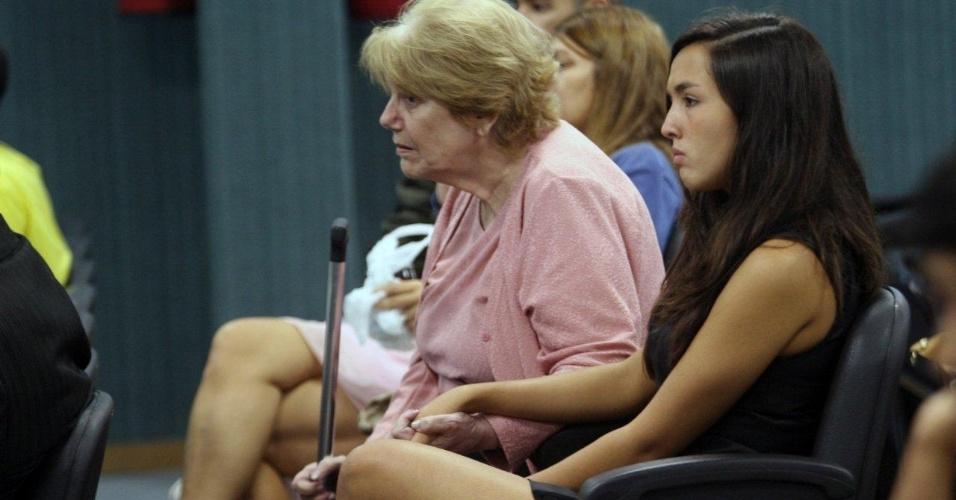 30.jan.2013 - Ana Clara, filha da juíza Patrícia Acioli, segura a mão da avó Marly durante o segundo dia de julgamento dos três policiais acusados de assassinar a juíza, na 3ª Câmara Criminal de Niterói, no Rio de Janeiro. O crime aconteceu em agosto de 2011