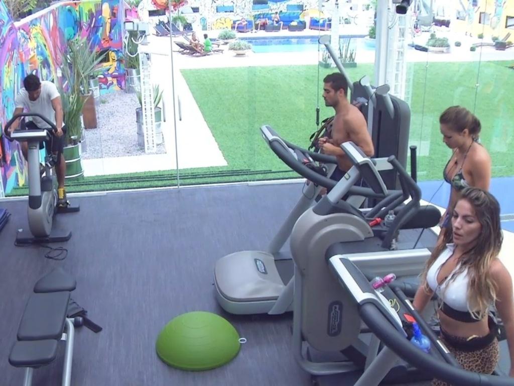 30.jan.2013 - Anamara, Natália, Yuri e André aproveitam a tarde para praticar exercícios