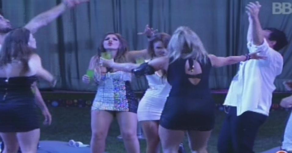 """30.jan.2013 - Brothers dançam na pista ao som de """"Mulher de Fases"""", de Raimundos"""