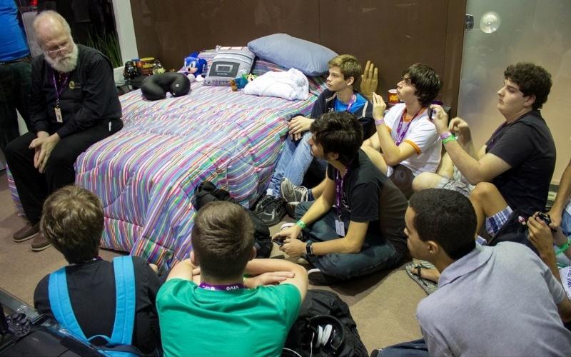 30.jan.2013 - Considerado o guru do software livre, Jon Maddog Hall, diretor executivo da LinuxInternational, conversa com participantes da Campus Party 2013 em quarto de luxo. O espaço VIP faz parte de uma ação promocional. A foto foi tirada na terça-feira (29)