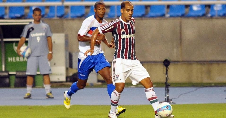 30.jan.2013 - Felipe, meia do Fluminense, conduz a bola durante sua estreia pelo tricolor carioca