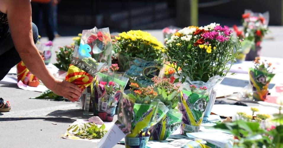 30.jan.2013 - Flores são deixadas na porta da boate Kiss, em Santa Maria (RS),  em homenagem às  vítimas do incêndio. Mais de 230 pessoas morreram na tragédia
