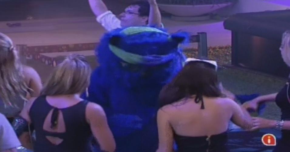 30.jan.2013 - Gato azul volta na festa Hipnose e dança com sisters