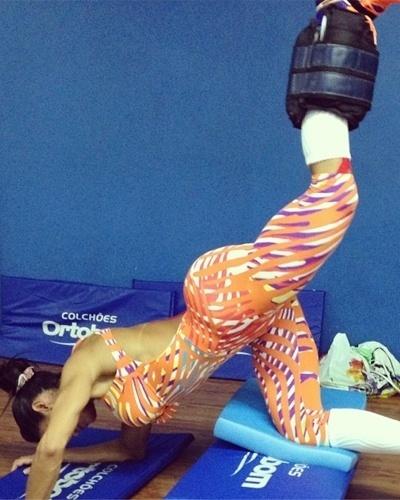 30.jan.2013 - Gracyanne Barbosa, rainha da bateria da Mangueira, não faz corpo mole e treina pesado para manter as curvas definidas para o desfile. Na imagem, a morena faz glúteo caneleira no step e afirmou que faz quatro séries de 15 repetições deste exercício