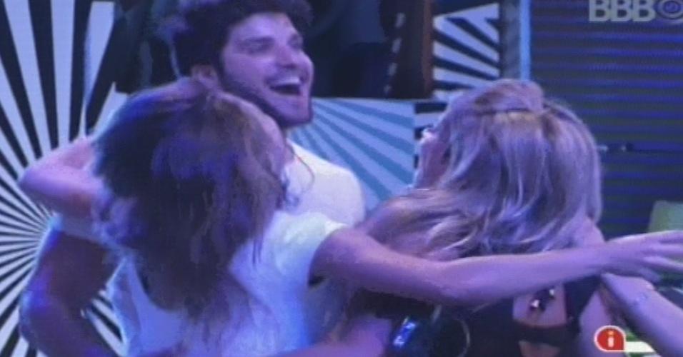 30.jan.2013 - Marcello, Natália e Fani dançam ao som da música