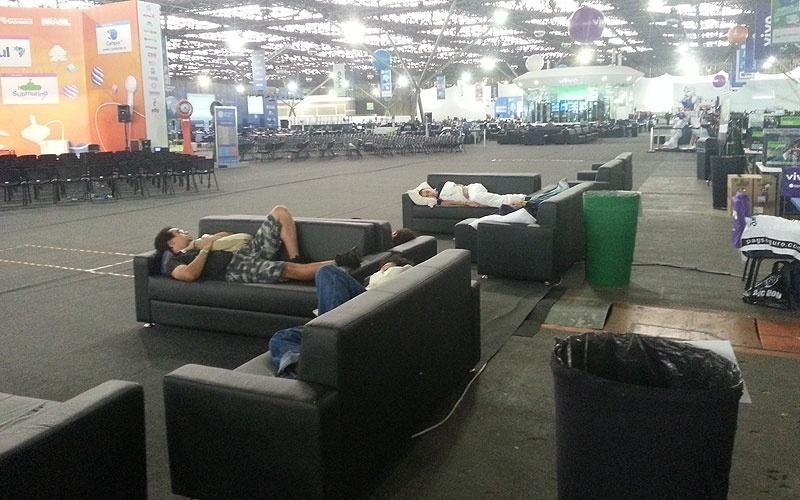 30.jan.2013 - Meia dúzia de computadores ligados. É dessa forma que amanhece a Campus Party 2013. O que se vê pela arena, área geralmente vibrante, é muita gente dormindo nos sofás (que provavelmente são mais confortáveis do que o chão duro das barracas)