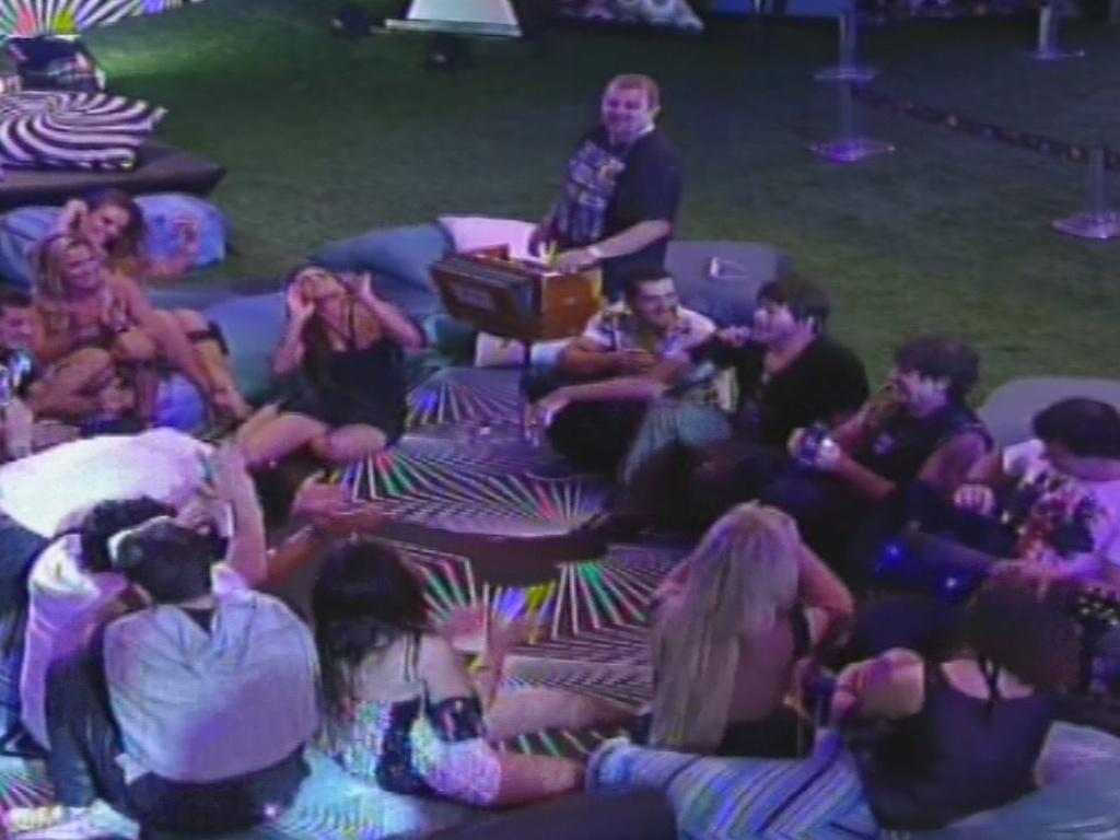 30.jan.2013 - Membros do RPM descem do palco e sentam com os brothers para um