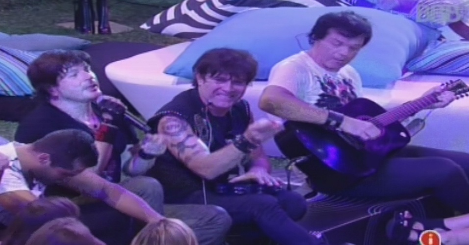 """30.jan.2013 - Membros do RPM descem do palco e sentam com os brothers para um """"luau"""" na pista de dança"""