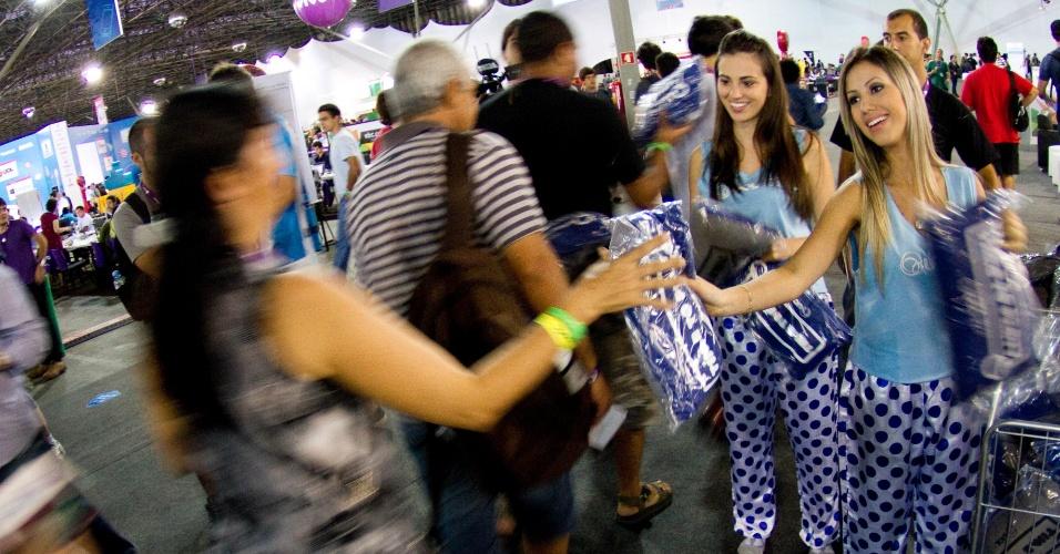 30.jan.2013 - Na área de exposições gratuita da Campus Party 2013, a distribuição de brindes também atrai algumas dezenas de visitantes às filas
