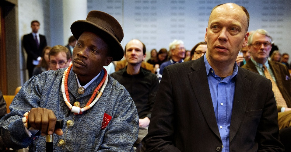 30.jan.2013 - O fazendeiro nigeriano Eric Dooh, que abriu ação contra a Shell Nigeria, senta ao lado de Geert Ritsema, líder da ONG ecológica Milieudefensie, em uma corte da Holanda, nesta quarta-feira. A filial da petroleira foi condenada pela Justiça holandesa por poluir o delta do rio Níger, no sul do país, e terá de pagar indenização ao agricultor
