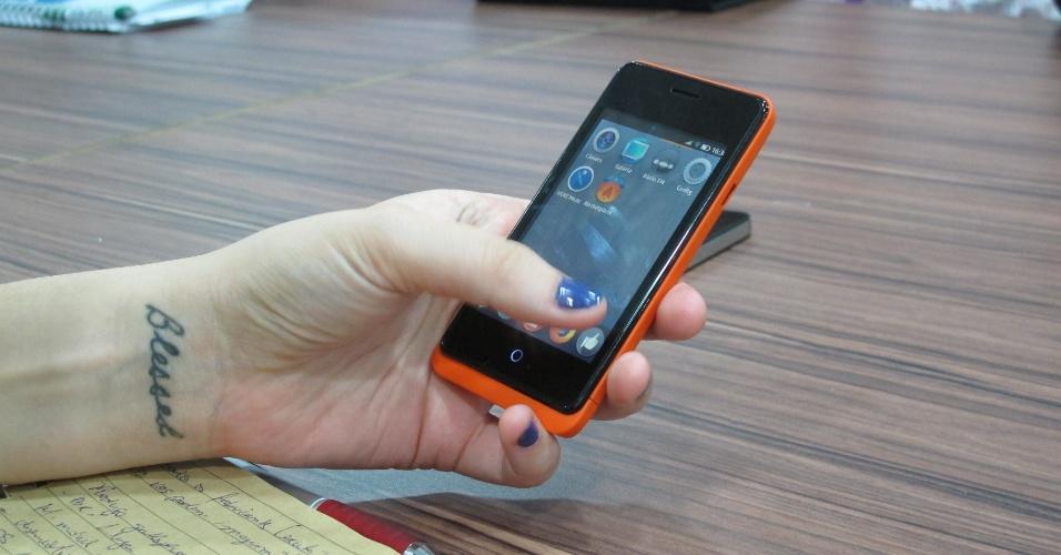 30.jan.2013 - O Keon, smartphone com sistema Firefox OS fabricado pela espanhola Geeksphone, tem configurações de hardware medianas: processador Qualcomm de 1 GHz, tela touchscreen de 3,5 polegadas, 512 MB de memória RAM, câmera de 3 megapixels e  4 GB de memória ROM (que armazena o sistema operacional) -- expansível até 32 GB por meio de cartão de memória