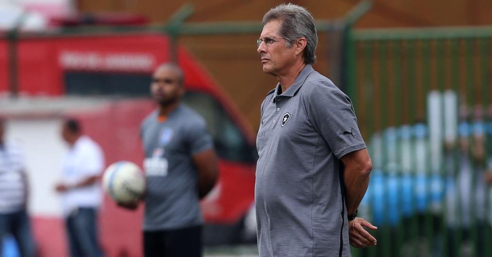 30.jan.2013 - Oswaldo de Oliveira, técnico do Botafogo, observa sua equipe durante jogo contra o Audax