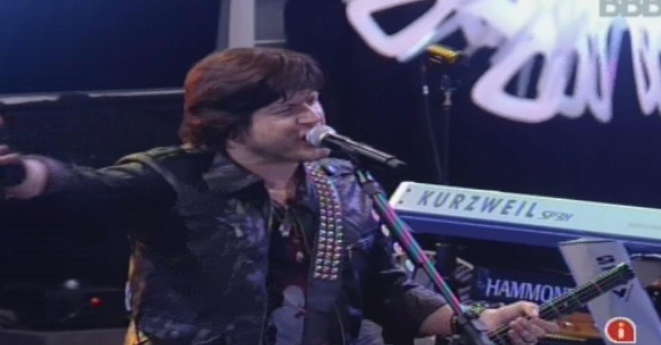 """30.jan.2013 - Paulo Ricardo, vocalista do RPM, canta a música """"Vida Real"""", tema do """"BBB"""", para os brothers"""