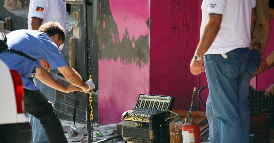 30.jan.2013 - Polícia Civil do Rio Grande do Sul  realiza perícia e averigua  extintores e demais objetos  que não funcionaram durante o incêndio na boate Kiss, em Santa Maria (RS). A tragédia deixou mais de 230 pessoas mortas