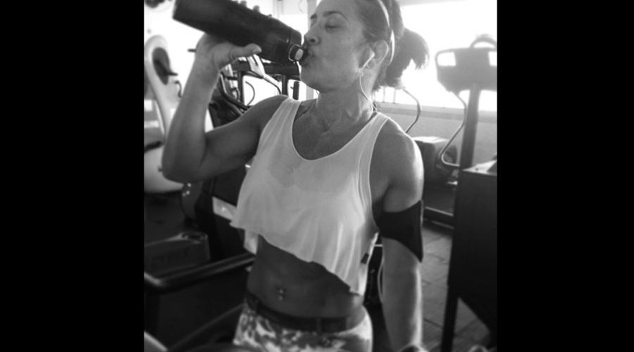 30.jan.2013 - Scheila Carvalho exibiu a barriga sarada em treino na academia. A imagem foi divulgada pela ex-dançarina em sua página do Twitter