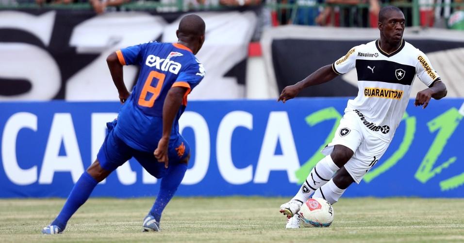 30.jan.2013 - Seedorf, do Botafogo, conduz a bola durante jogo contra o Audax; holandês entrou no segundo tempo da partida