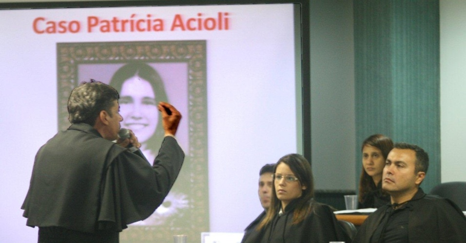 30.jan.2013 - Walmar de Jesus, a advogado de um dos 11 PMs acusados de assassinar a juíza Patrícia Acioli, participa do julgamento do caso, no Rio de Janeiro. Ele defendeu a tese de que a delação premiada