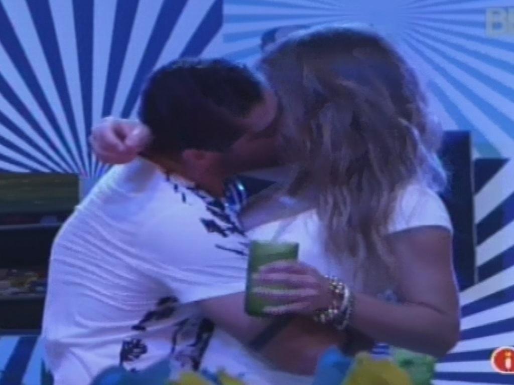 30.jan.2013 - Yuri dá um beijo em Natália durante a festa Hipnose