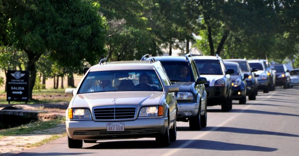 30.jan.2013- Cortejo de carros no funeral do estudante paraguaio Guido Ramón Brítez Burró, 21, em Assunção (Paraguai). Guido morreu no incêndio da boate Kiss, em Santa Maria (RS). Ele estudava zootecnia na UFSM (Universidade Federal de Santa Maria) e estava na cidade desde 2011