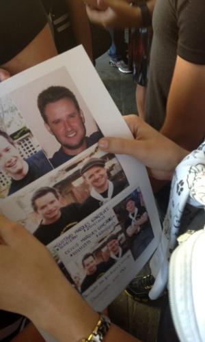 30.jan.2013- Mulher segura fotos dos irmãos Gustavo e Deivis Marques Gonçalves, que morreram no incêndio que atingiu a boate Kiss, em Santa Maria (RS), na madrugada de domingo (27)