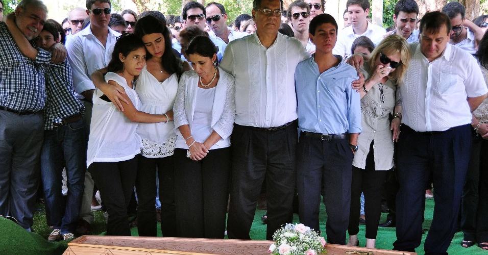 30.jan.2013- O estudante paraguaio Guido Ramón Brítez Burró, 21, é enterrado no cemitério de Villa Elisa, município próximo à capital Assunção (Paraguai). Guido morreu no incêndio da boate Kiss, em Santa Maria (RS). Ele estudava zootecnia na UFSM (Universidade Federal de Santa Maria) e estava na cidade desde 2011