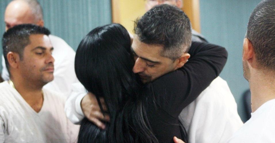 30.jan.2013- O policial Jéfferson Araújo Miranda é abraçado pela irmã Greice, no tribunal da 3ª Câmara Criminal de Niterói, no Rio de Janeiro. Jéfferson é acusado ao lado de outros dois policiais, Jovanis Falcão Junior e Junior Cezar Medeiros, de participar do assassinato da juíza Patrícia Acioli, em agosto de 2011