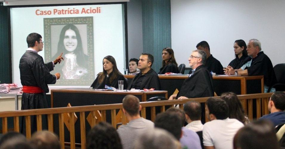 30.jan.2013- O promotor de justiça Leandro Navega argumenta com os jurados durante o segundo dia de julgamento de três policiais acusados de matar a juíza Patrícia Acioli, na 3ª Câmara Criminal de Niterói, no Rio de Janeiro. O crime aconteceu em agosto de 2011