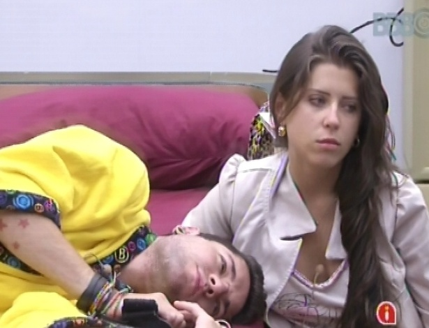 30.janeiro.2013 - Andressa faz carinho em Nasser ao acordar, no quarto do líder